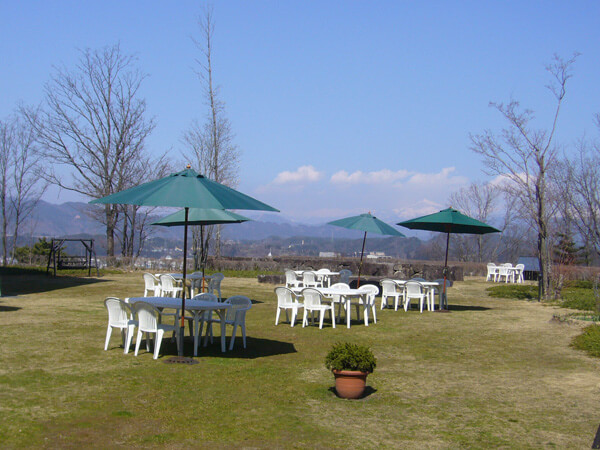 A garden party on the lawn at the Hida Takayama Museum of Art, which is situated on a plateau with a view of the Northern Alps